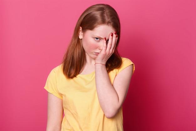 Девушка закрыла лицо рукой