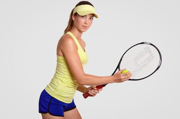 やる気のあるアクティブな経験豊富な素敵な女性テニスプレーヤー