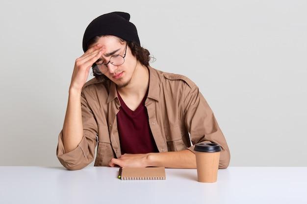 Сонный парень с усталым и измученным выражением лица