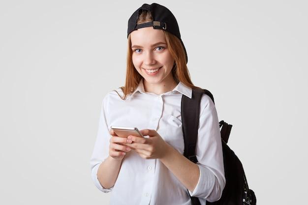 Изолированные выстрел девочка-подросток возвращается из школы
