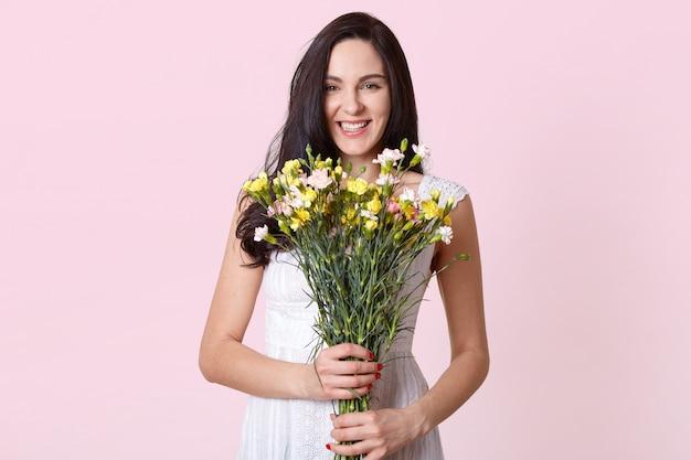 Изображение девушки, держа в руках букет цветов