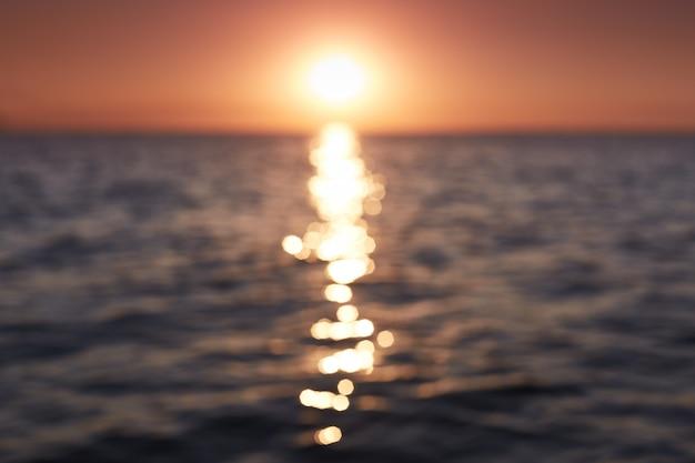 美しい海の景色。素晴らしい自然の風景。海に沈む夕日の組成物。熱帯のビーチからの海の景色