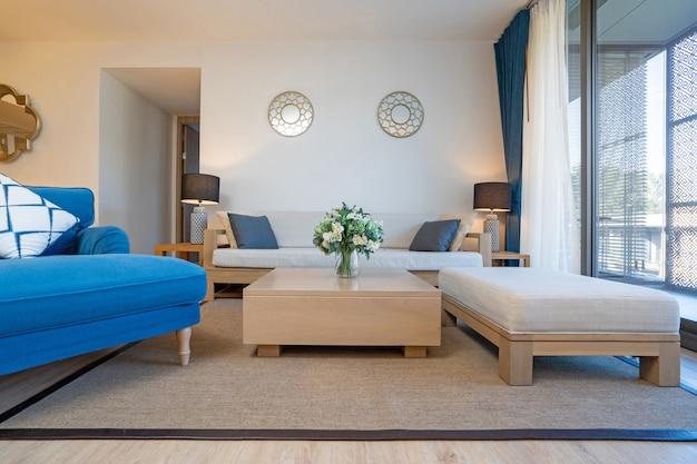 ヴィラ、家、家、コンドミニアム、アパートメントのインテリアデザインには、テレビ付きのリビングルーム、ミドルテーブル、クッション、オープンスペースのキッチンとダイニングルームが備わっています。