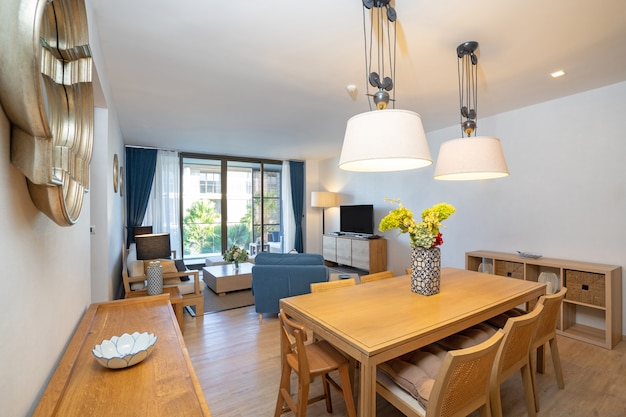ヴィラ、家、家、コンドミニアム、アパートメントのインテリアデザインには、木製のダイニングテーブル、ダイニングチェア、簡易キッチンが備わっています