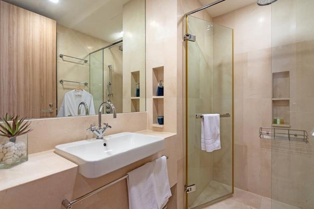 ヴィラ、家、家、コンドミニアム、アパートのインテリアデザインには、バスルーム、トイレ、シャワー、洗面台が備わっています。