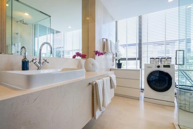 ヴィラ、家、家、コンドミニアム、アパートメントのインテリアデザインには、洗面台、キャビネット、洗濯機付きのバスルームが備わっています