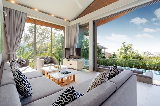 ヴィラ、家、家、コンドミニアム、アパートメントのインテリアデザインには、リビングルームにソファ、ミドルテール、テレビが備わっています。