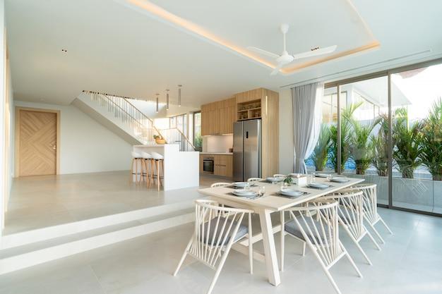 プールヴィラ、家、家、コンドミニアム、アパートのダイニングエリアのインテリアデザインには、ダイニングテーブル、ダイニングチェア、オープンスペースのリビングルームがあります。