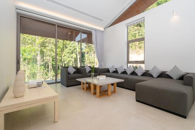 プールヴィラ、家、家、コンドミニアム、アパートメントのインテリアデザインには、リビングルームにソファとクッションが備わっています。