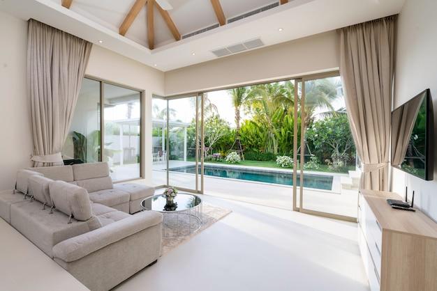 ヴィラ、家、家、コンドミニアム、アパートのプールビュー付きのリビングルームのインテリアとエクステリアデザイン