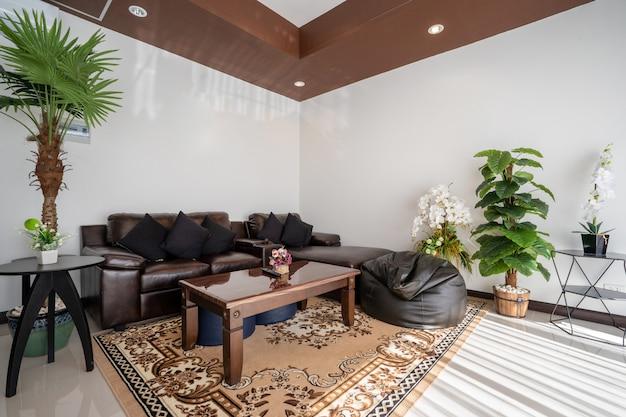オープンスペースのリビングルームとダイニングエリアのインテリアとエクステリアのデザインには、木製のダイニングテーブルがあります。