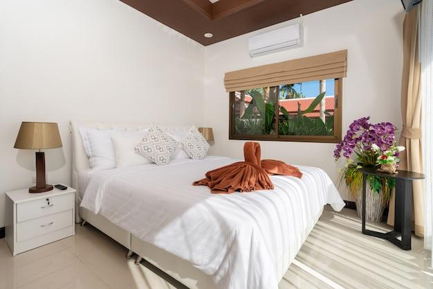 家、家、コンドミニアム、ヴィラのインテリアデザインにはダブルベッドがあり、寝室にはドレッシングテーブル、ホワイトスペースがあります。