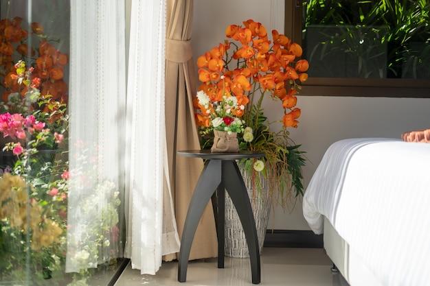 家、家、コンドミニアム、ヴィラのインテリアデザインは、ほうきで花を備えています