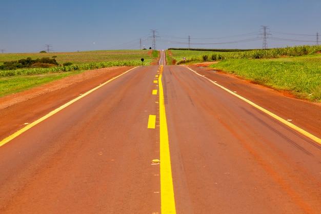 Пустая дорога в очень жаркий день, показывая преломление света на горизонте в сан-паулу, бразилия