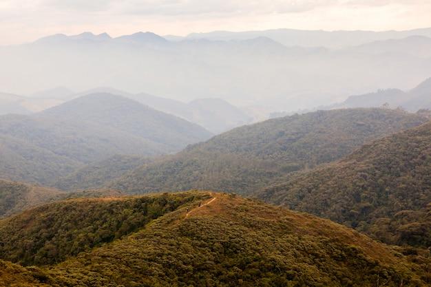 ブラジル南部の孤立した山でのトレッキングの人々