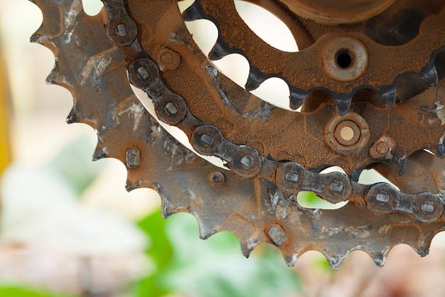 Грязная грязная цепь и цепь в горном велосипеде