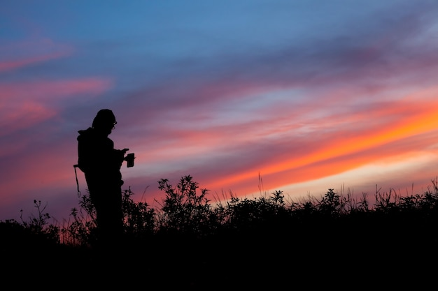 Нераспознанные люди, использующие сотовый смартфон в горном ландшафте