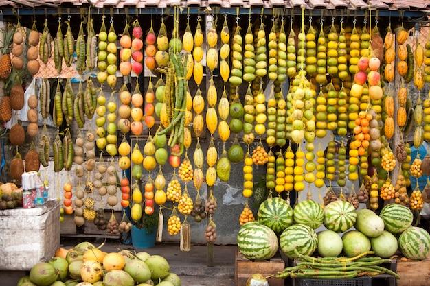 Амазонские традиционные фрукты в дорожном магазине