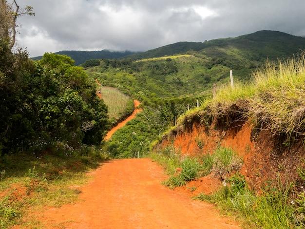 未舗装の田舎道