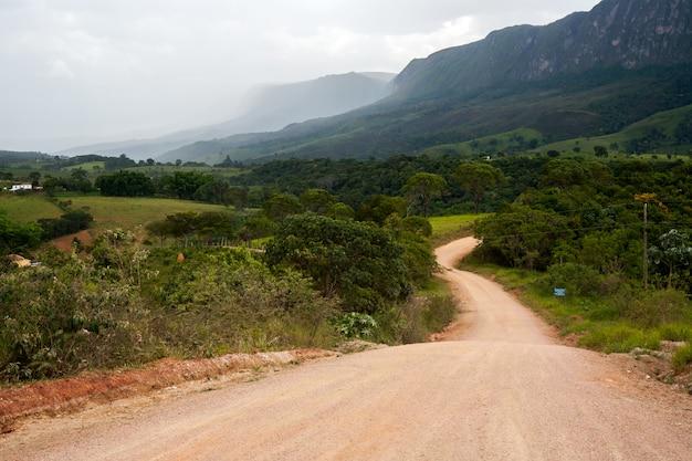 山のある田舎の未舗装の道路
