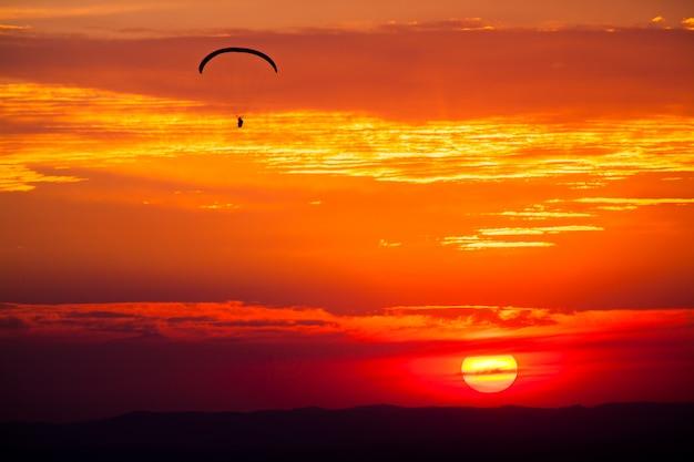 日没のパラグライダー