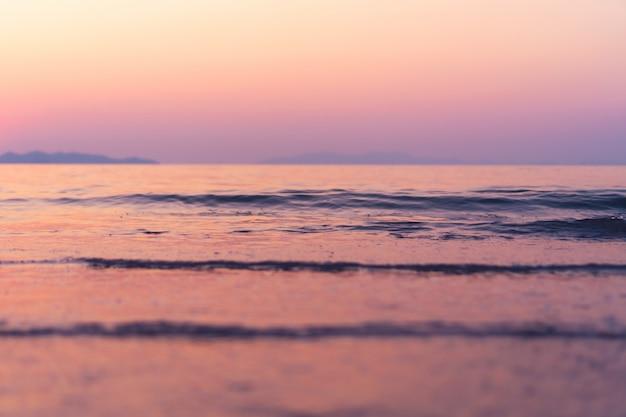 熱帯の自然のきれいなビーチと夏の白い砂と太陽の光の青い空と背景のボケ味。