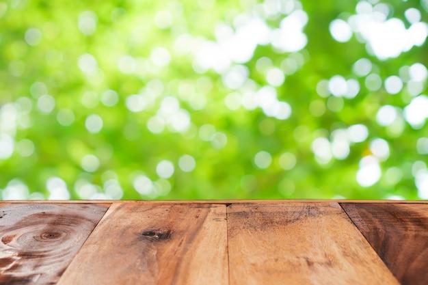 空の古い木の選択と集中は、ボケ味を持つ自然の緑の葉をぼかし。
