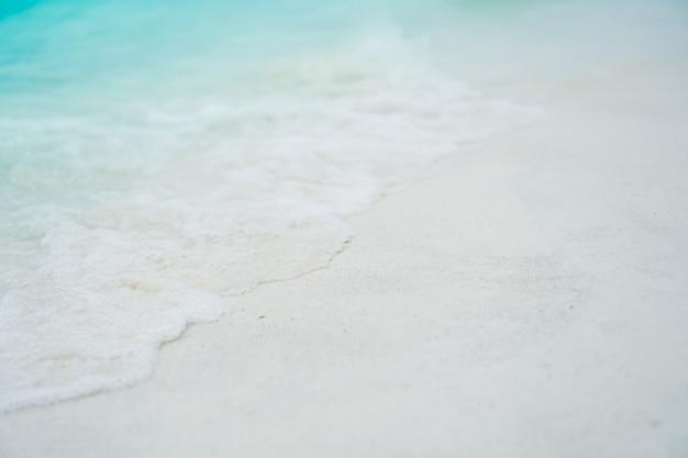砂と水のきれいなビーチと夏の白い砂と太陽の明るい青空と背景のボケ味の平面図です。