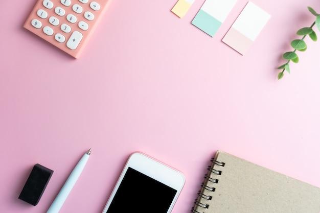 フラット横たわっていたトップビューオフィステーブルデスク。空白のコピースペース供給のあるワークスペースは、白またはカラーパステルのフレームとして飾ります。