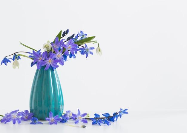 ホワイトスペースの上に花瓶の春の花