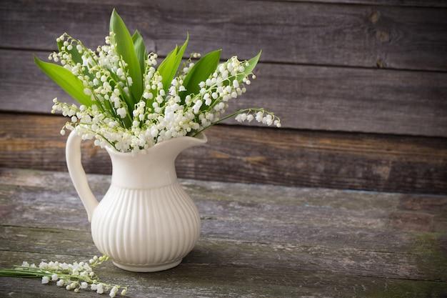 暗い空間で花瓶の谷のリリー