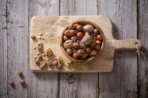 Смешанные орехи на старом деревянном пространстве