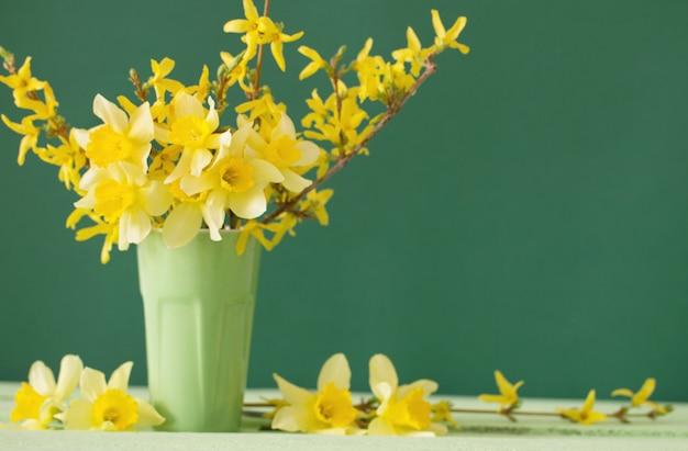 Нарцисс в вазе на зеленой территории