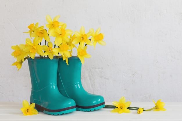 ゴム長靴と白い背景の春の花