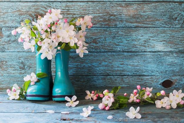 Весенние цветы в сапогах на деревянный стол