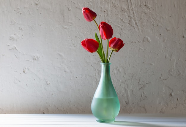 花瓶の赤いチューリップ