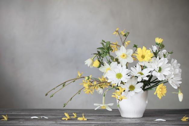 春の白と黄色の花