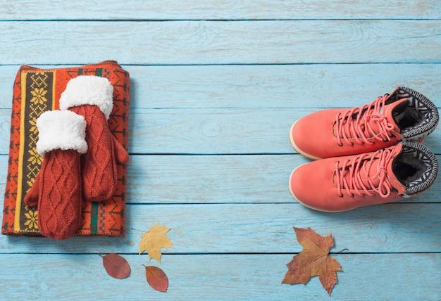Зимняя одежда и обувь на деревянном столе