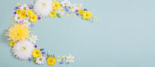 Красивые цветы на синем фоне бумаги