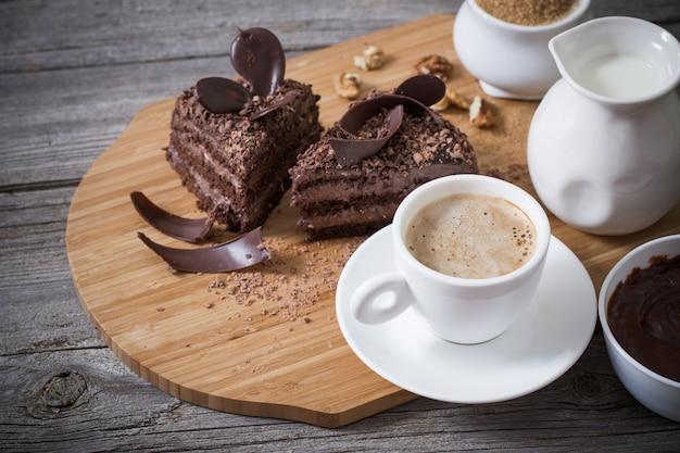 古い木製のテーブルの上のチョコレートケーキ
