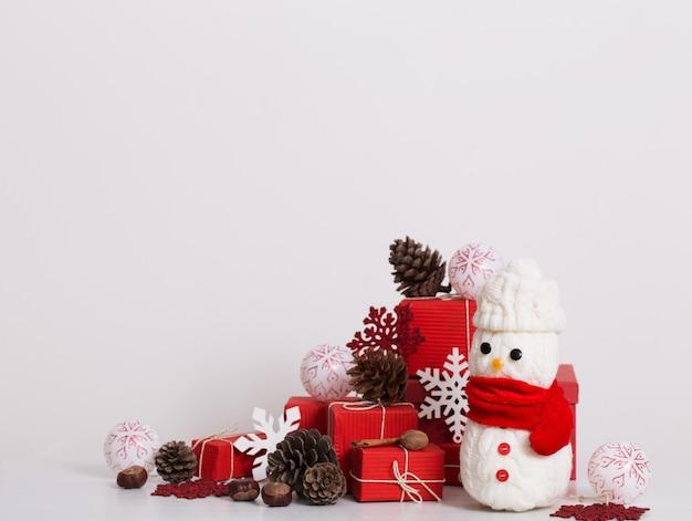 Украшение снеговиков с красной подарочной коробкой