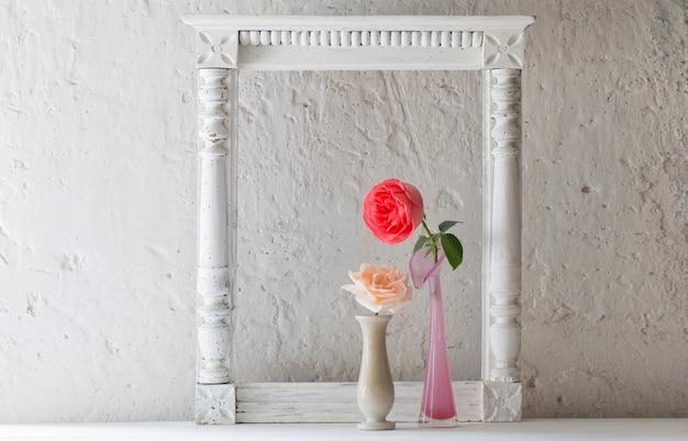 古い白の上に花瓶のバラ