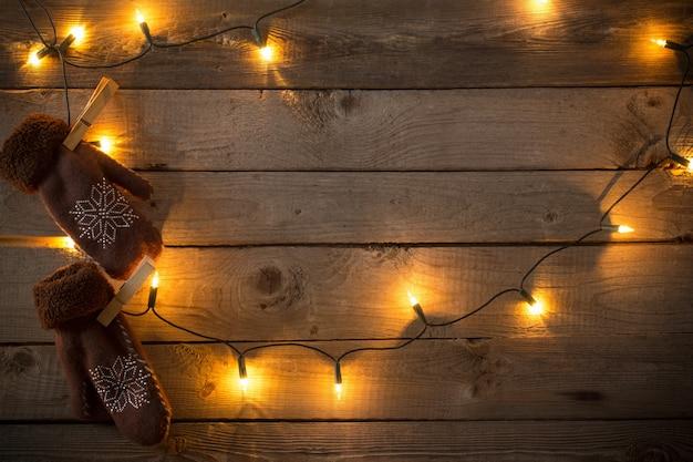 暗い古い木材の背景のクリスマスの装飾