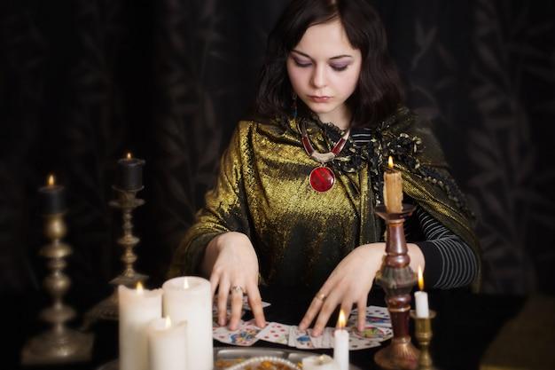 Молодая женщина с карточками гадания в комнате
