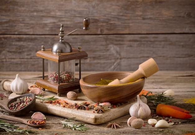 ハーブとスパイスの木製テーブル