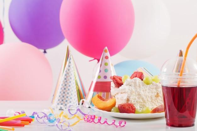 ケーキとカラフルな風船で誕生日のお祝い