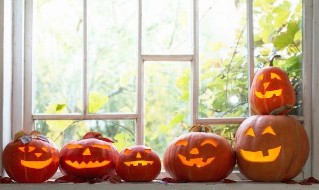 Хэллоуин тыква на окне