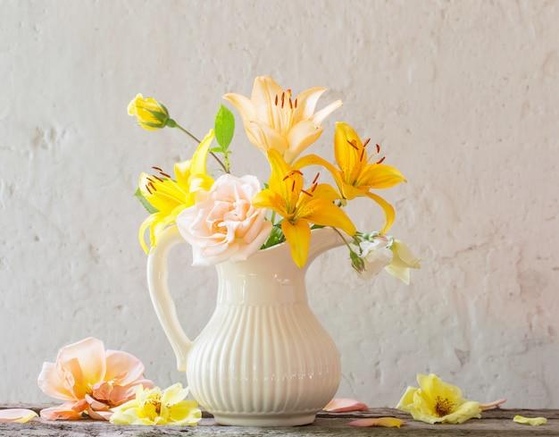 Цветы в вазе на старом белом