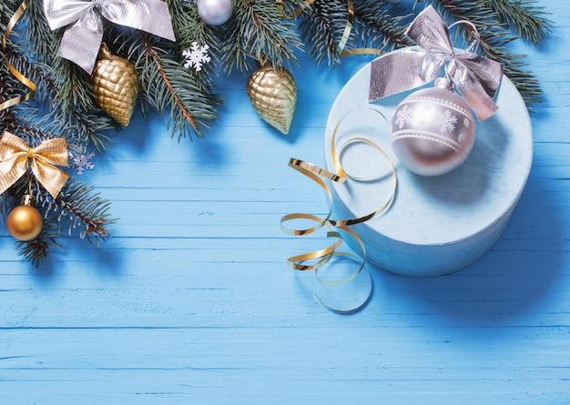 Новогоднее украшение на синем фоне деревянных