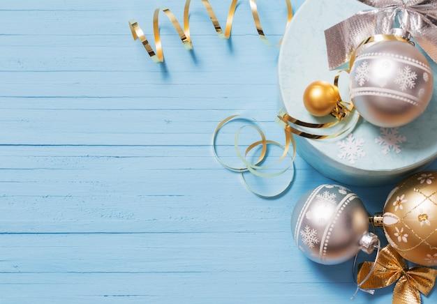 Рождественские украшения на синем фоне деревянных